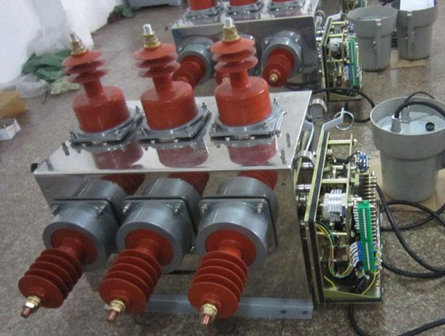 1 概述 ZW32-12系列户外柱上真空断路器(以下简称断路器)为额定电压12KV,三相交流50HZ的户外配电设备,主要用于开断、关合电力系统中的负荷电流、过载电流和短路电流,使用于城市和农村电网中作保护和控制之用,更适用于频繁操作的场所。 2 使用环境 2.1 环境温度:上限+40摄氏度,下限-40摄氏度; 2.